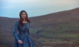 В сети появился кадр с Эммой Макки со съемок автобиографической картины про Эмили Бронте